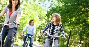 Kinderen leren fietsen op een vakantiepark